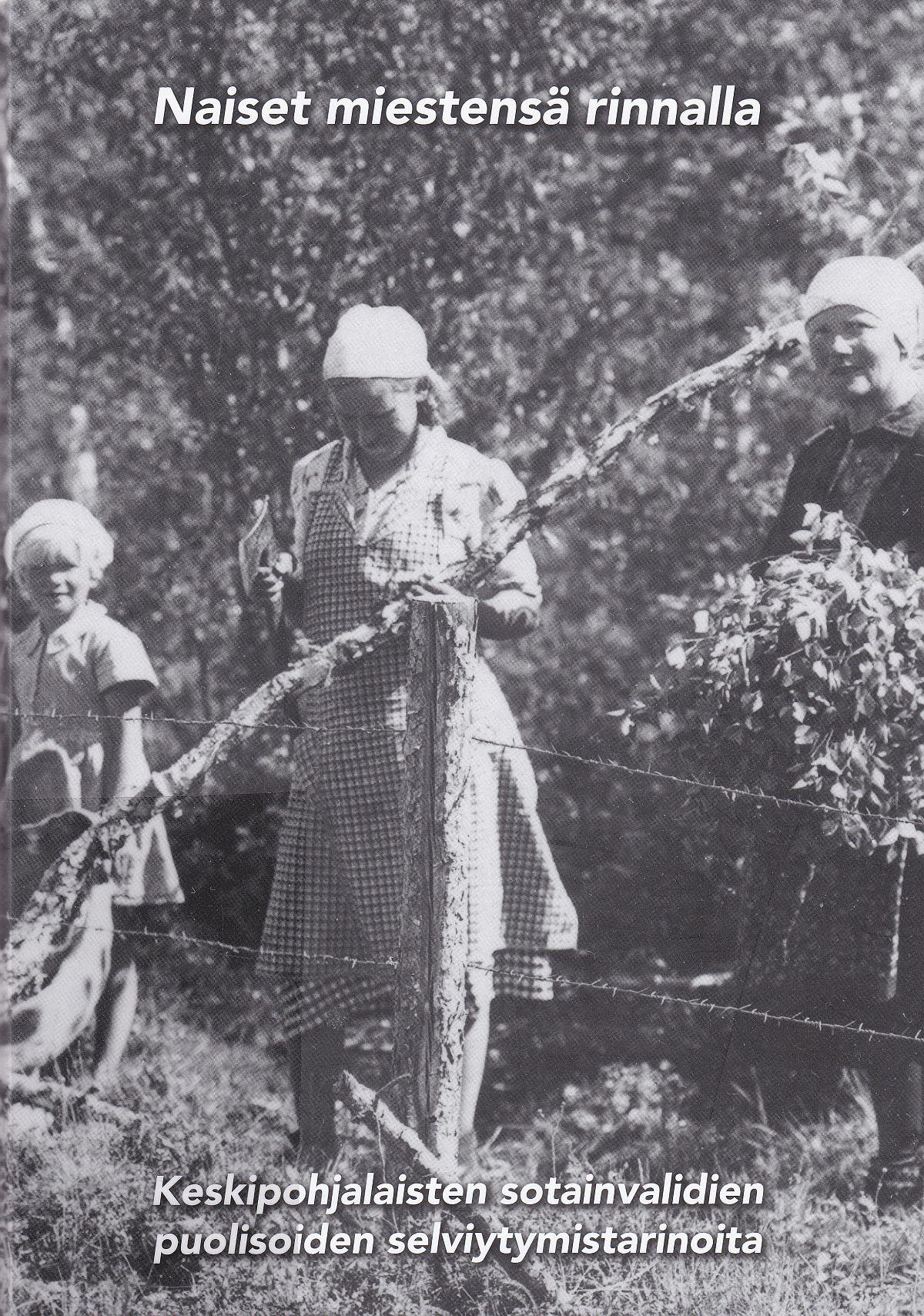 Naiset miestensä rinnalla -teoksen kannessa haapajärviset naiset korjaavat lehmien aitausta.