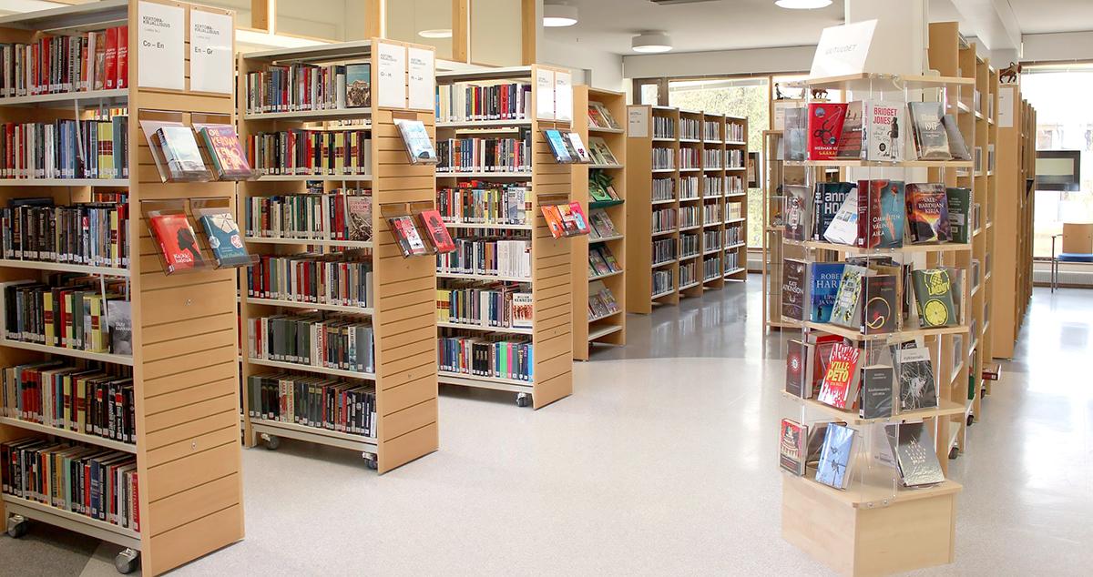 Ylivieskan kirjaston lainaussali.