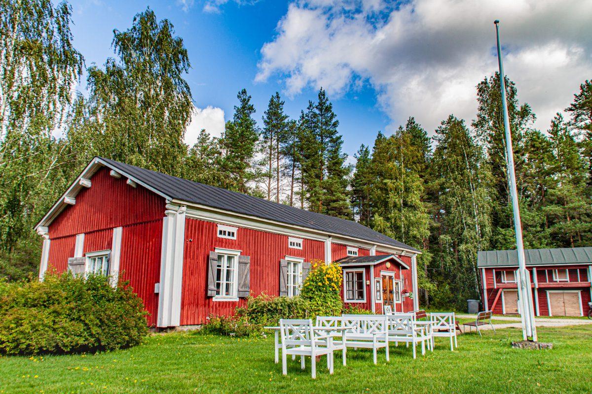 Kesäkahvila Kertun pöydän Järvelän talon edustalla.