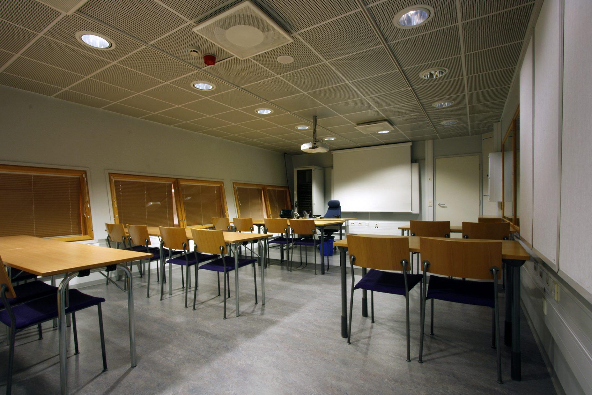 Kuvassa Akustiikan Kokoushuone Tapio valmiina kokousta varten.