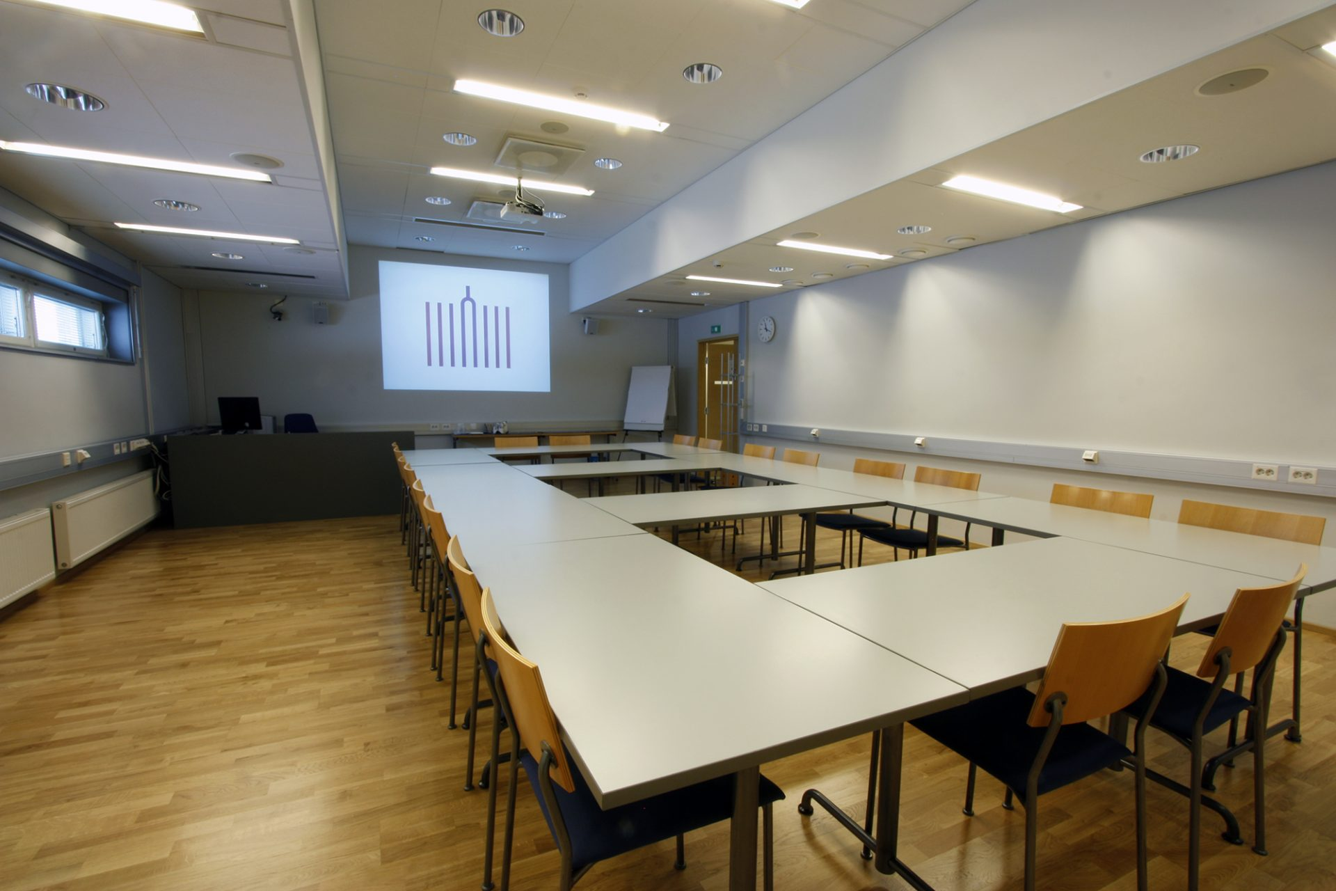 Kuvassa Akustiikan videoneuvotteluhuone valmiina kokousta varten.
