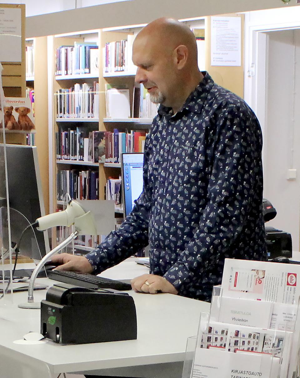 Kirjastonhoitaja asikakaspalvlussa