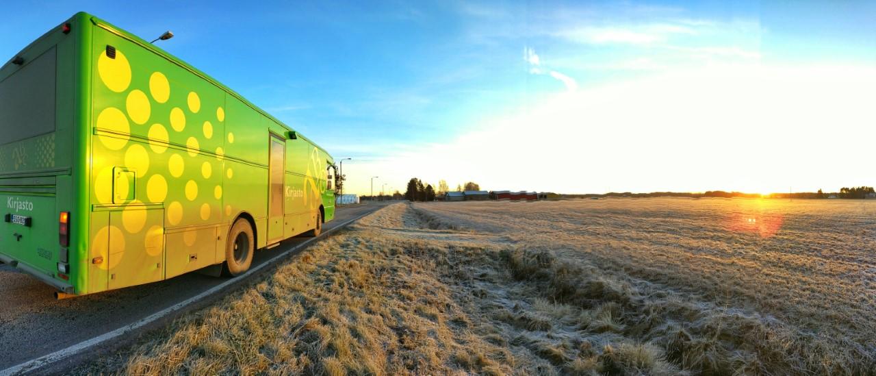 Kirjastoauto reitillä pysäköitynä tien reunaan