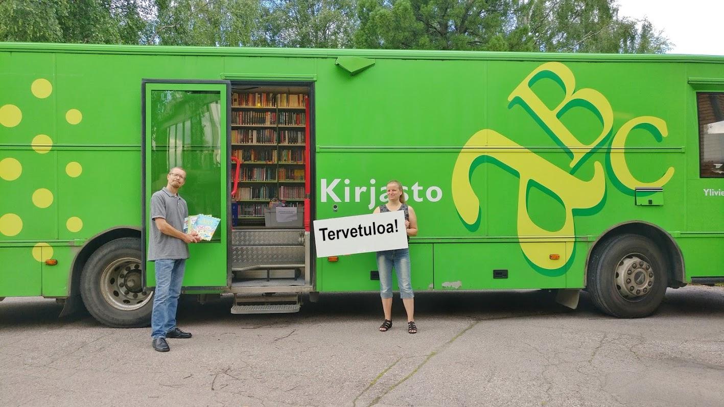 Tervetuloa kyltti kirjastoauton edessä