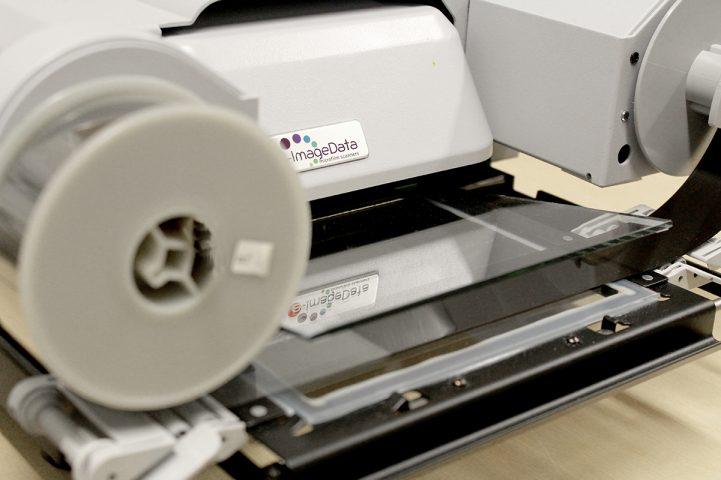 Mikrofilmiskanneri kirjaston kotiseutuosastolla