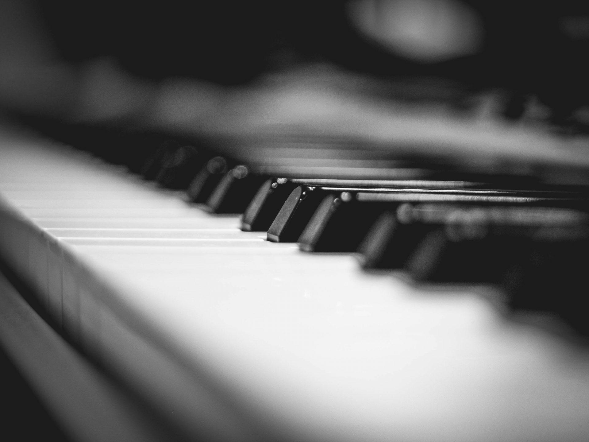 Pianon koskettimet.