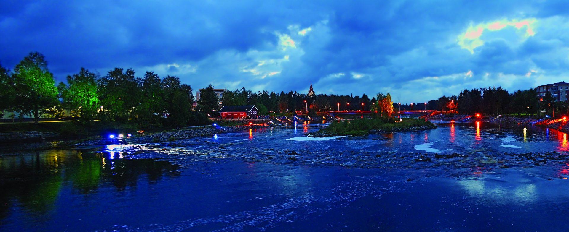Näkymä Savisillalta jokea pitkin illalla.