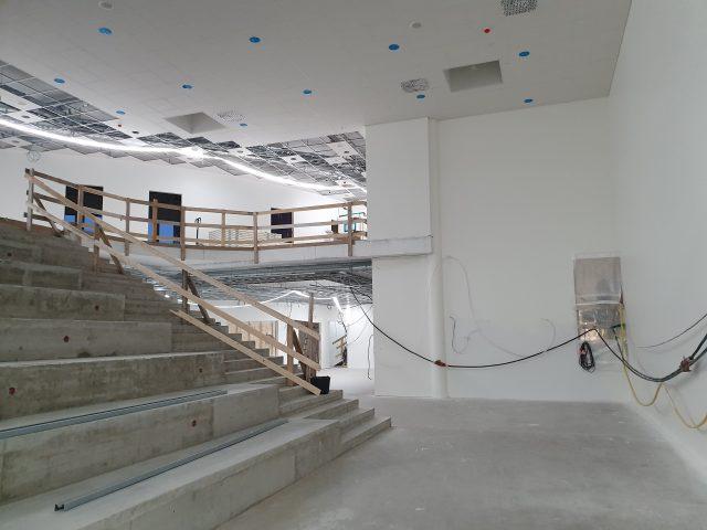 Kaisaniemen koulun aula, jossa näkyy jättiläisen portaat