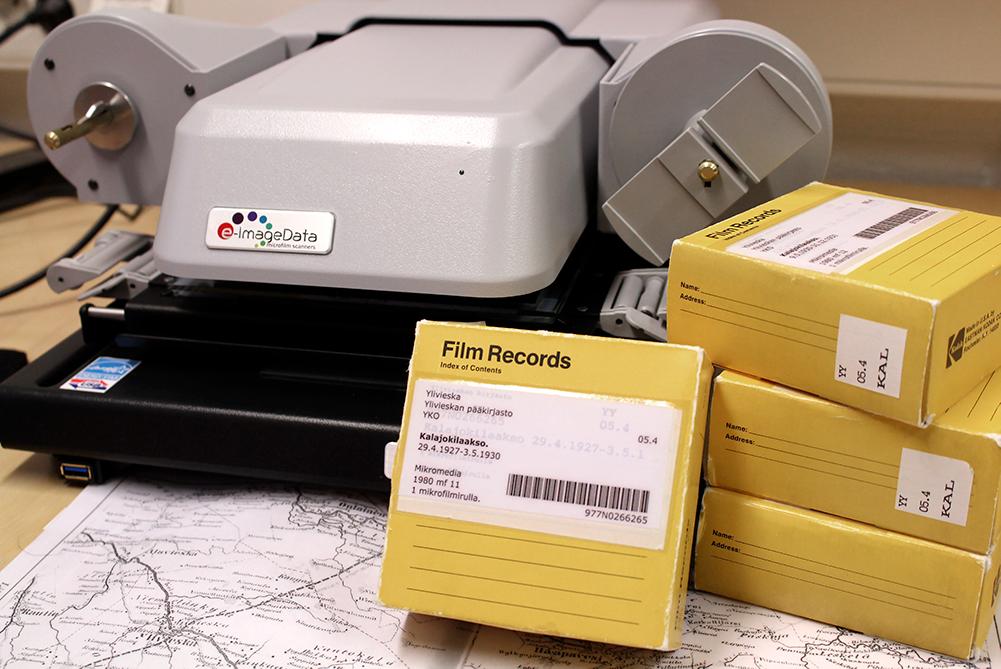 Mikrofilmiskanneri ja filmikoteloita