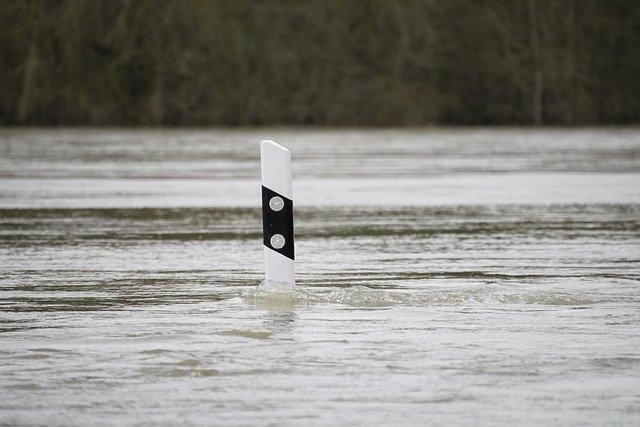 Liikennemerkki tulvan keskellä