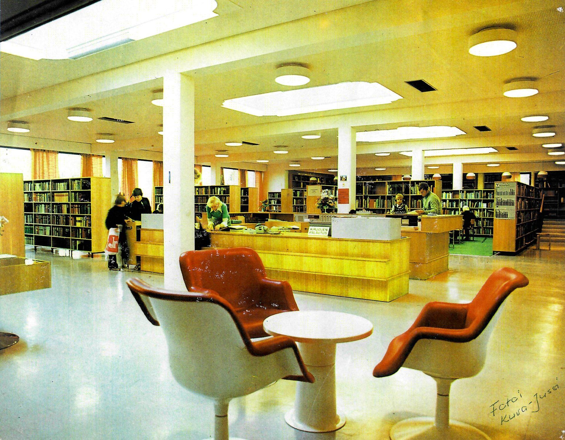Vanha kuva Ylivieskan kirjastosta. Lainaustiski